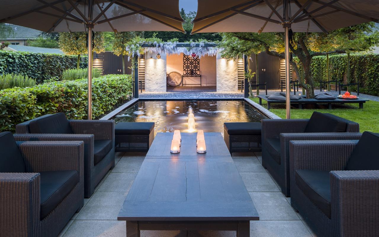 Ontwerp tuin met zwembad. elegant prive zembad van edelstaal via