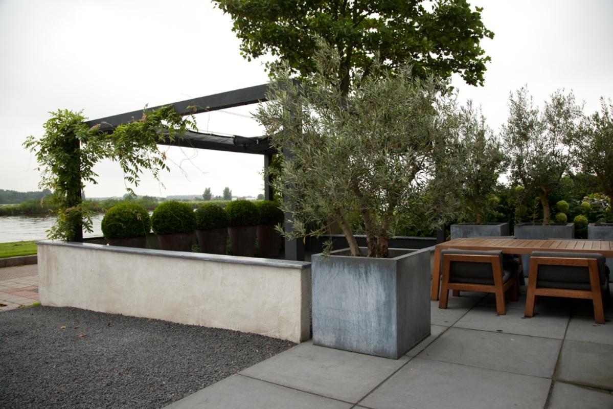 Moderne voortuin met schaduwconstructie i martin veltkamp for Moderne kleine tuin