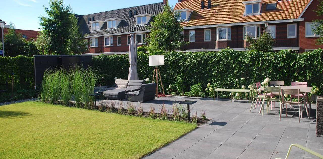 Tuinaanleg kindvriendelijke tuin met luxe buitenhaard - Tuin exterieur ontwerp ...