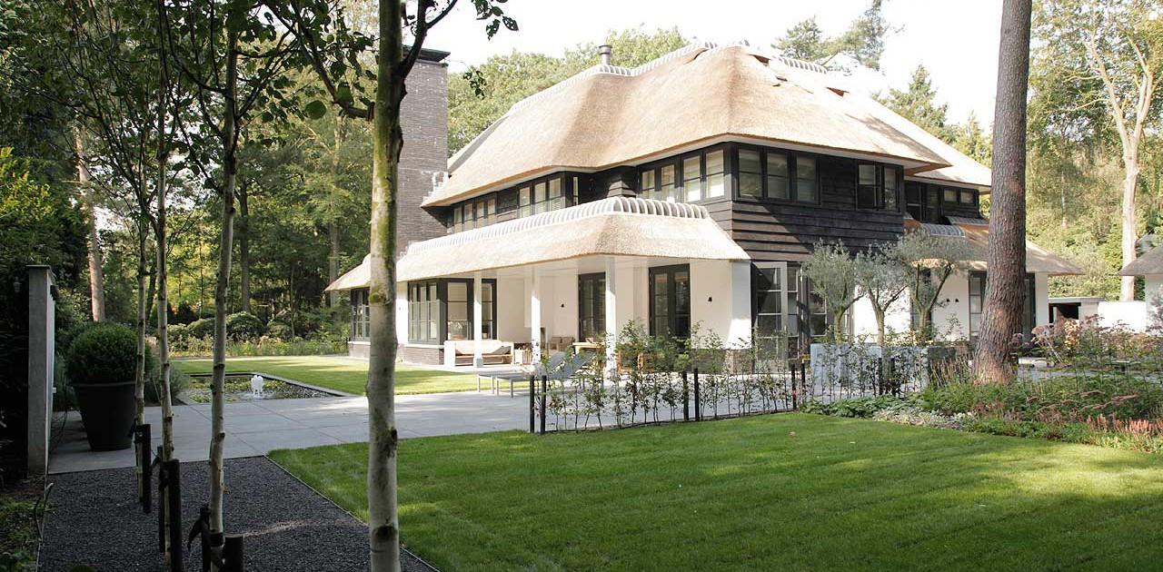 Moderne villa tuin in Zeist met minimalistische elementen. Nieuwbouw ...